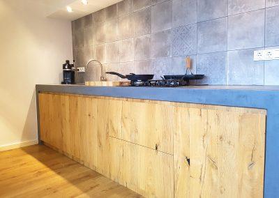 Eiken keuken met betonnen blad