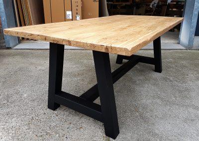 Intia tafel zwart onderstel