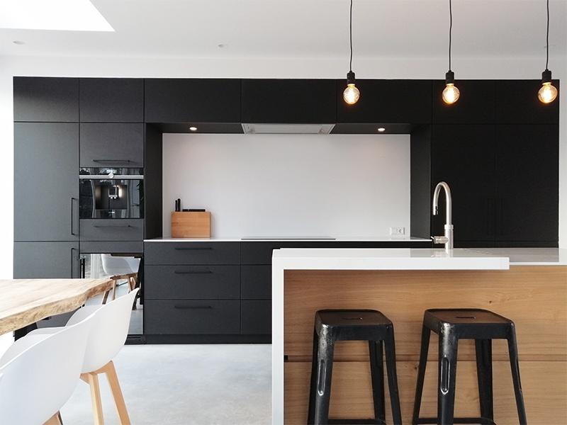 Marmer Zwart Keuken : Mat zwarte keuken contrasterend eiken en composiet