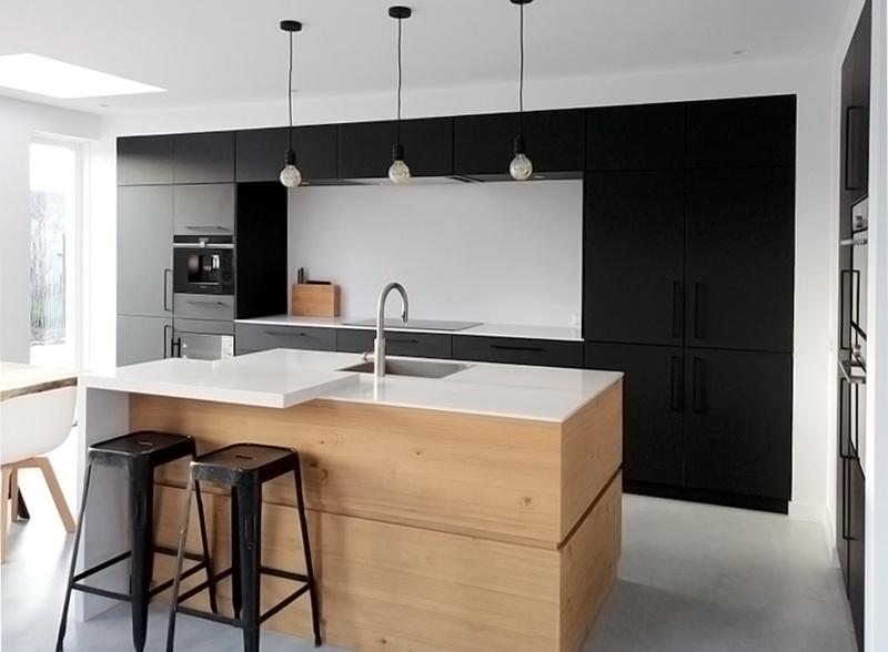 Keuken Eiken Zwart : Stijlvolle keuken met zwart hout visgraat vloer en betonlook